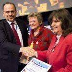 Überreichung des ersten Preises des EESC durch den Präsidenten des EESC, Luca Jahier, an Carmen Stadelhofer, Vorsitzende DANET e.V., Ulm, und Prof. Emilia Velikova, Vizepräsidentin, Ruse, a,m13.12.2018 in Brüssel
